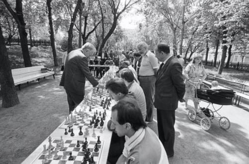 The 7th World Champion Vasily Smyslov is giving a simultaneous exhibition on Gogolevsky Boulevard on the International Chess Day, 1988