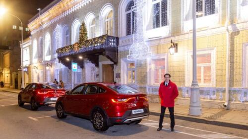 Standing at the entrance to the Central Chess House are the Renault cars - the prizes from the strategic partner of the Federation to the winners of the Russian Championship Superfinals