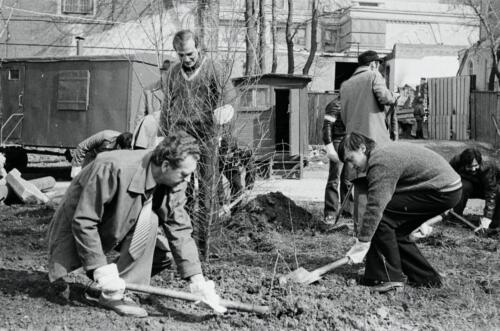 President of the USSR Chess Federation Vitaly Sevastyanov, grandmaster Alexander Beliavsky, and the 12th World Champion Anatoly Karpov are planting trees in the yard of the Central Chess Club, 1985