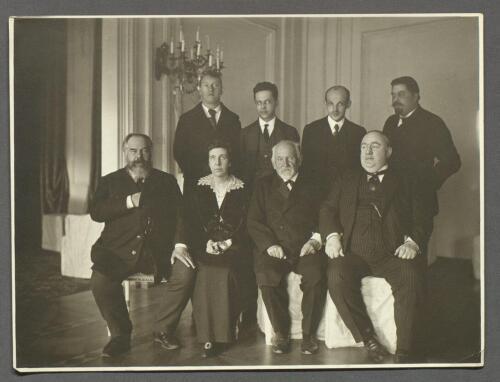 Большой зал: после репетиции в опере С. Зимина. Среди сидящих — хозяева дома: Любовь Райская-Зимина и Сергей Зимин (крайний справа). 1915