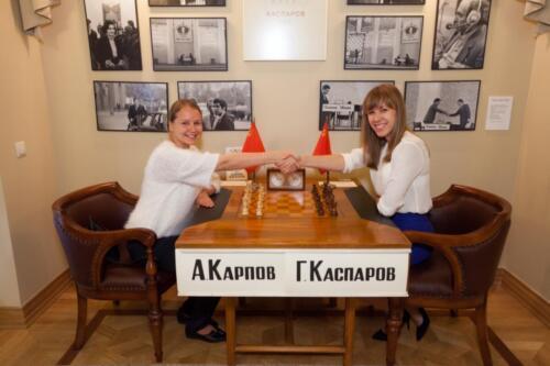 Члены сборной команды России В. Гунина и О. Гиря за легендарным столом в Музее шахмат, 2014