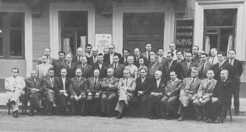 Делегаты 27 Конгресса ФИДЕ перед входом в Центральный шахматный клуб. 1956