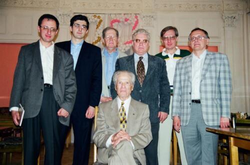 В Большом зале отмечают 90-летие А. Лилиенталя. Рядом с прославленным гроссмейстером Б. Гельфанд, В. Крамник, Ю. Авербах, Е. Васюков, С. Макарычев и Ю. Разуваев