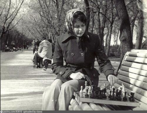 Многолетняя сотрудница Центрального шахматного клуба Н. Мальцева на Гоголевском бульваре, 1976