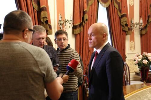 Президент Федерации шахмат России А. Филатов принимает журналистов в парадном Чигоринском зале (Красной гостиной)