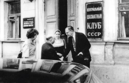Директор Центрального шахматного клуба В. Батуринский встречает президента ФИДЕ, экс-чемпиона мира М. Эйве. 1975