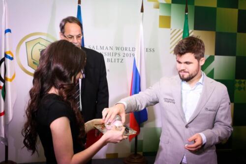 Эпизод жеребьевки чемпионата мира по быстрым шахматам и блицу под патронажем короля Салмана в Большом зале, 2019