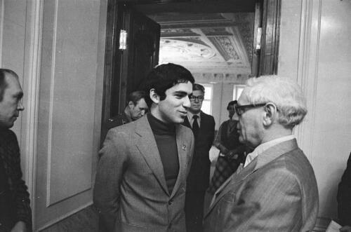Г. Каспаров и М. Ботвинник в мраморном холле. 1980-е