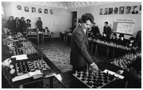 Портретная: Б. Спасский дает сеанс одновременной игры. Конец 1970-х–начало 1980-х